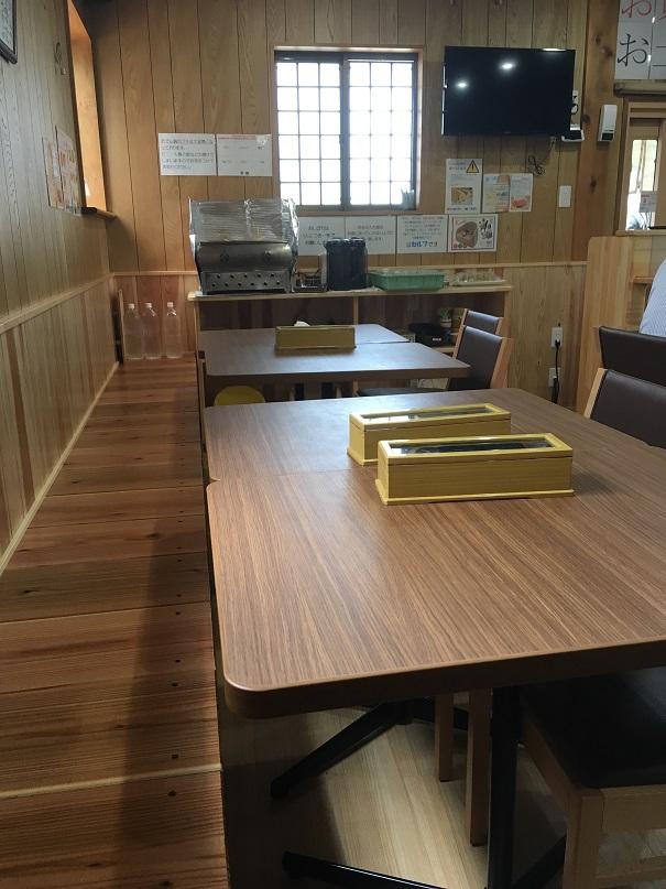 うどんやまるちゃんのテーブル席とセルフコーナー
