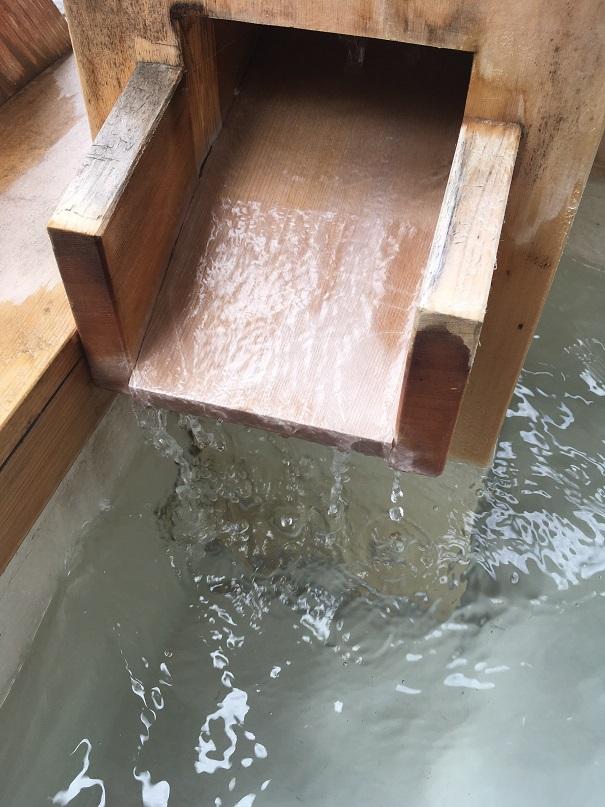 行基の湯の足湯で温泉が湧き出ている