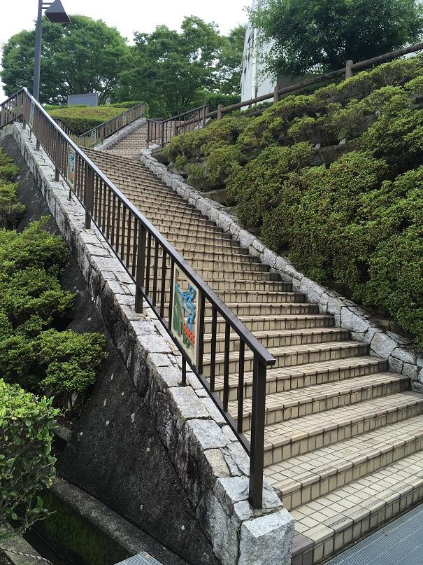 さぬきこどもの国のそりゲレンデの駐車場をおりて受付に続く階段
