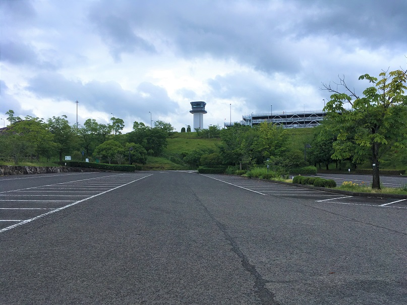 さぬき空港公園の第二駐車場、奥に高松空港の管制塔が見えている