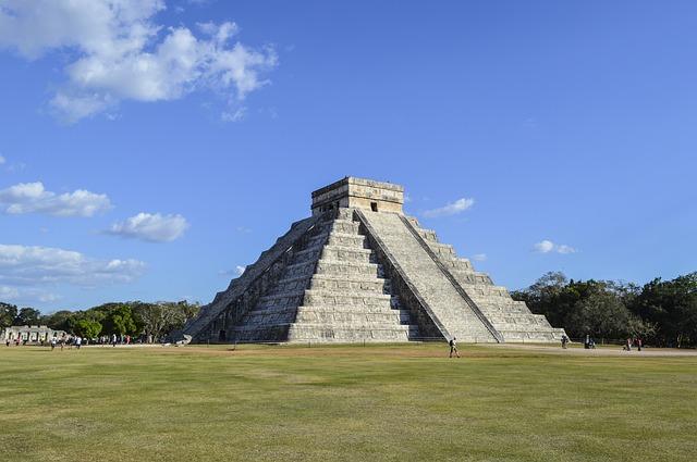 メキシコ・マヤ遺跡のピラミッド