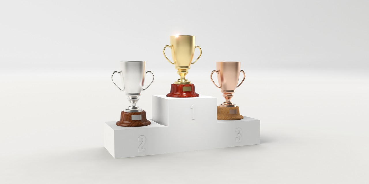 金、銀、銅の優勝カップ