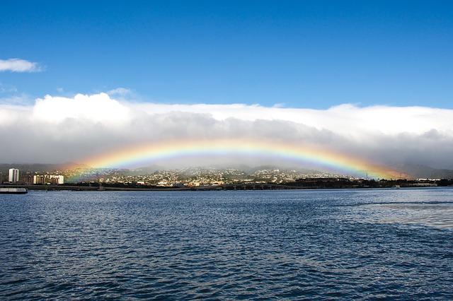 ハワイのオアフ島に虹がかかっている