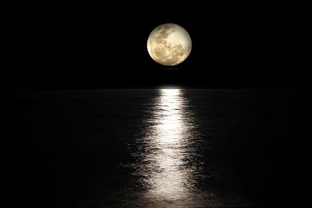 月の光が海に反射している写真