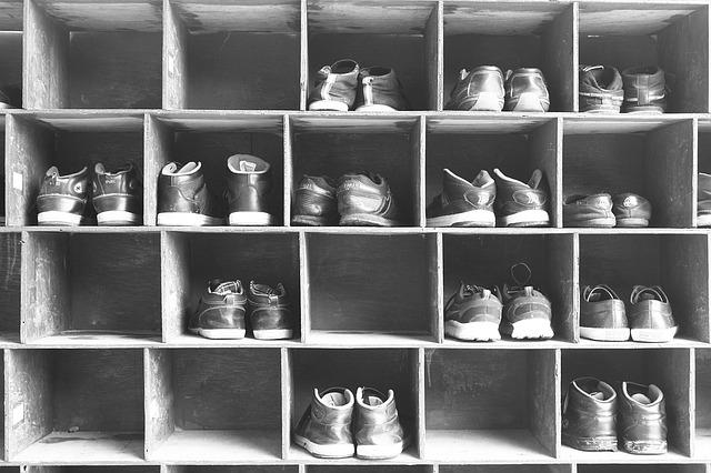 下駄箱にたくさん靴が入っている