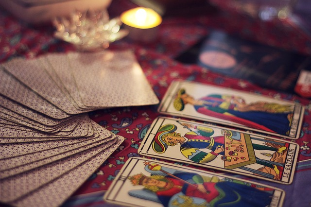 タロットカードを3枚めくっている写真