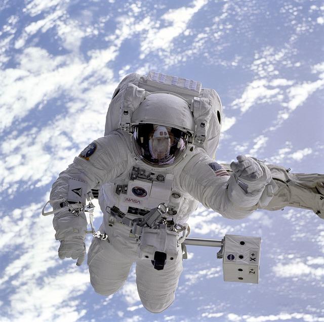 宇宙にいる無重力状態の宇宙飛行士