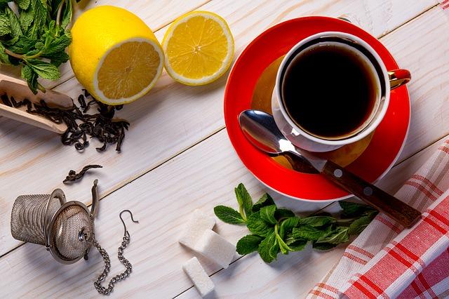 紅茶とハーブとレモンが机に並べられている