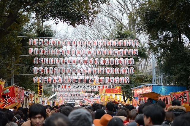 初詣の神社にたくさんの提灯が飾られている