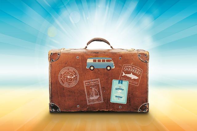 旅行鞄にたくさんステッカーが貼られている