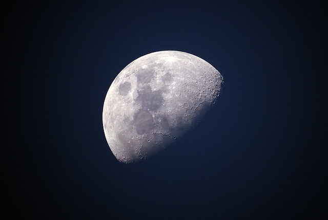 月が半分かけている