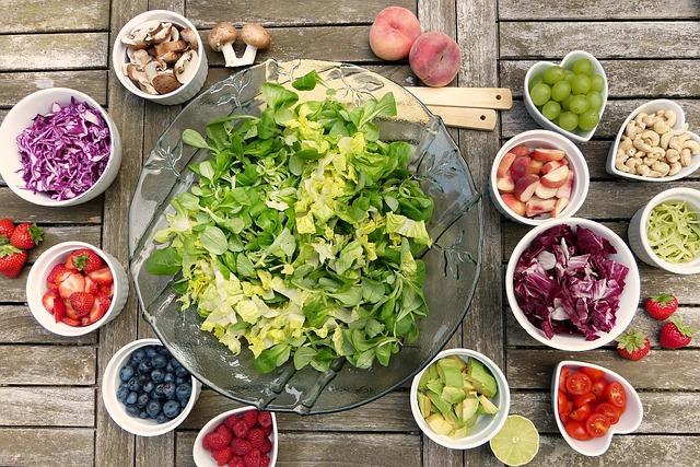 新鮮な野菜や果物がたくさん並べてある