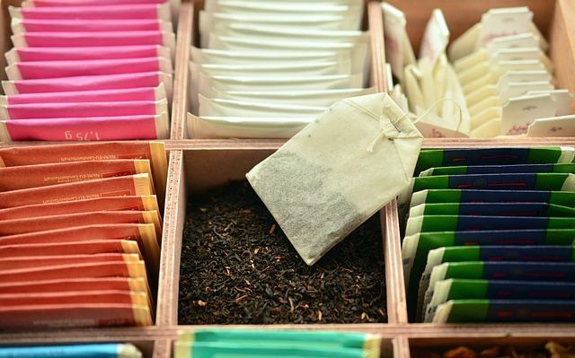 紅茶のティーパックが箱にたくさん詰められている