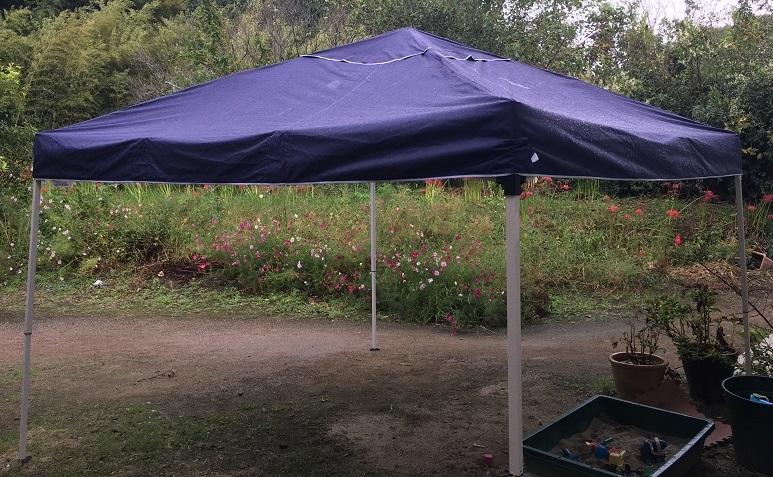 FIELDOORのタープテントを雨の中立てている全体写真
