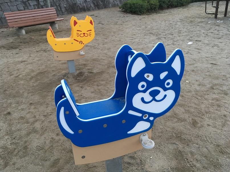 ネコと犬のスライド遊具の写真