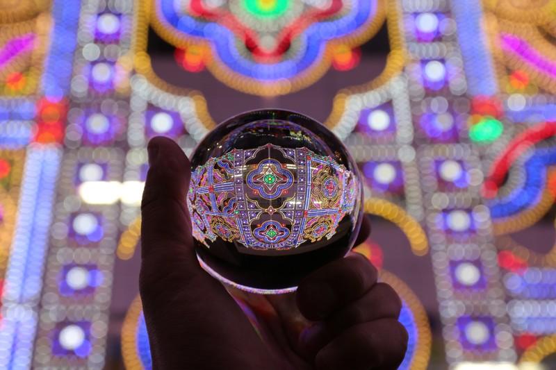 水晶玉に灯るイルミネーション(神戸ルミナリエ)