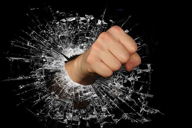 素手でガラスを割っている