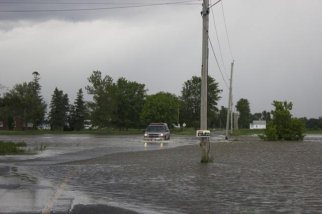 トラックが道路で半分水に浸かっている