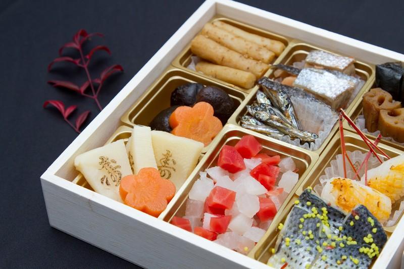 箱に詰められたお祝い料理