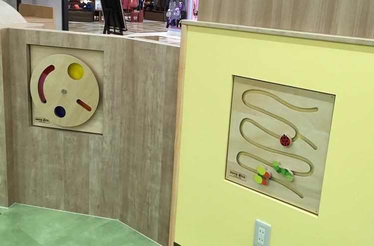 キッズスペースの壁にもおもちゃが設置されている