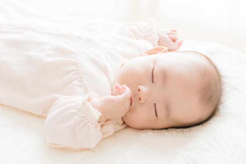 指しゃぶりをしながら眠る赤ちゃん
