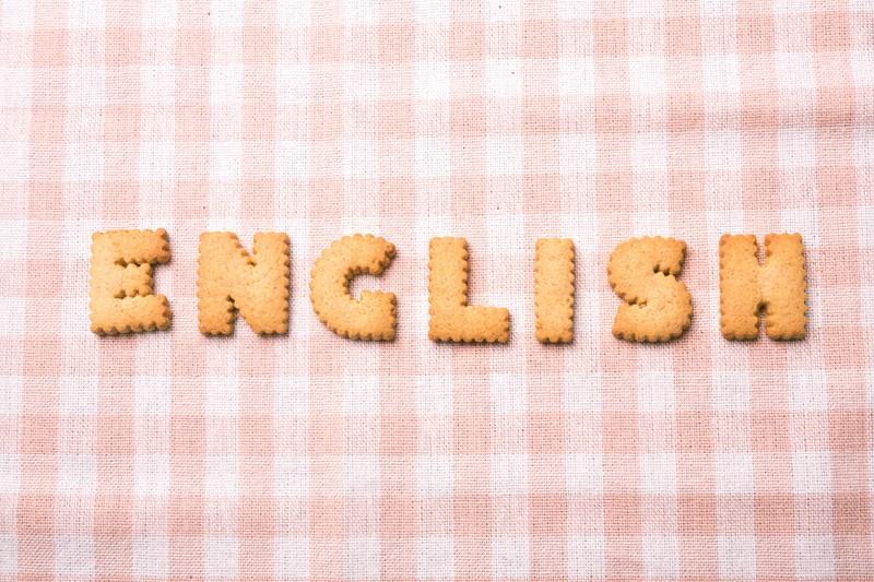 クッキーでアルファベットを作り机の上にENGLISHと並べている