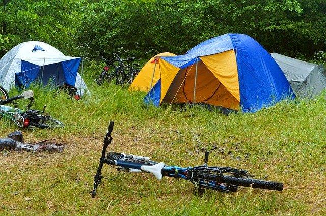 芝生にテントが並んでいて、マウンテンバイクが置かれている