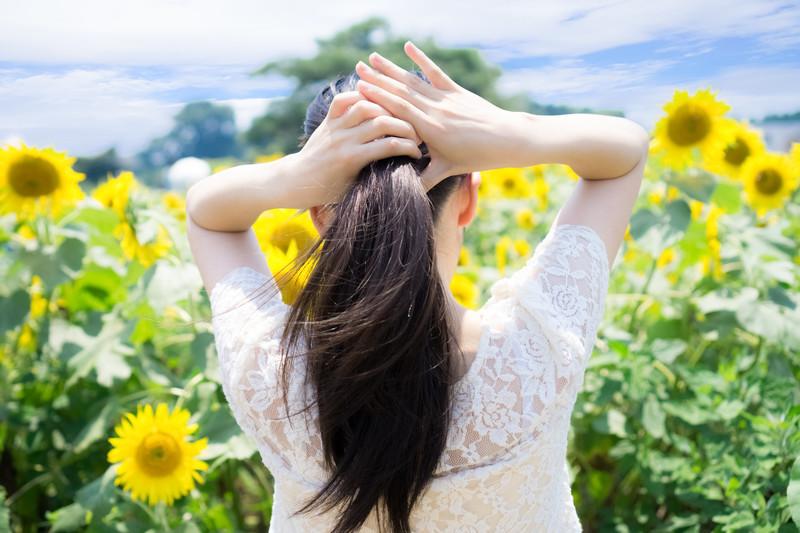 暑くて後ろに髪を束ねる女性