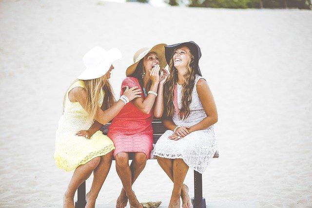 3人の女性が仲良く話している写真