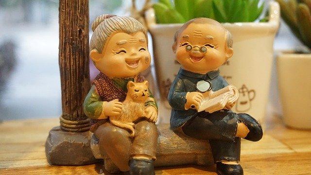 おじいちゃんとおばあちゃんが楽しそうに会話している置物