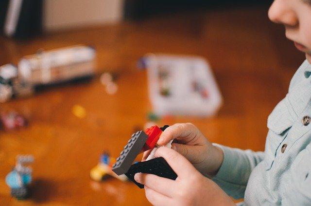 男の子がレゴブロックで遊んでいる