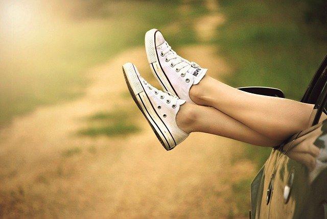 白いスニーカーを履いた女性の足