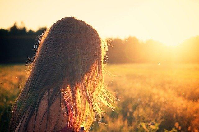 女の子に日没の光が当たって逆光になっている