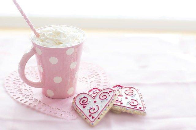 優しいピンク色のマグカップとハートのクッキー