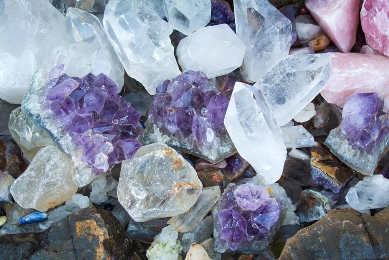 いろいろな種類の天然石の写真