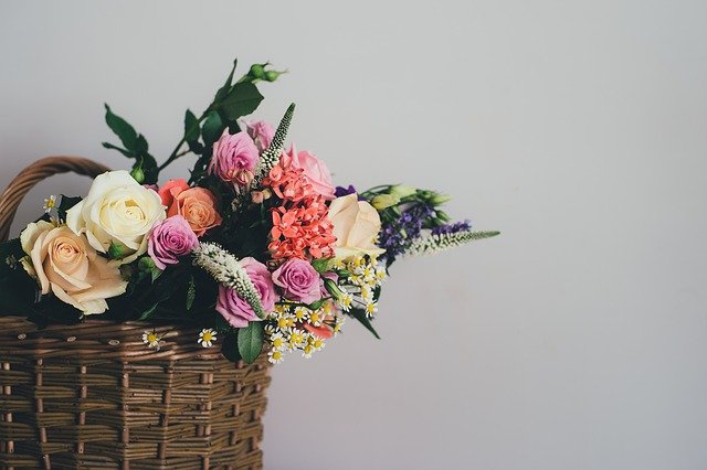 バスケットにかざられた花の写真