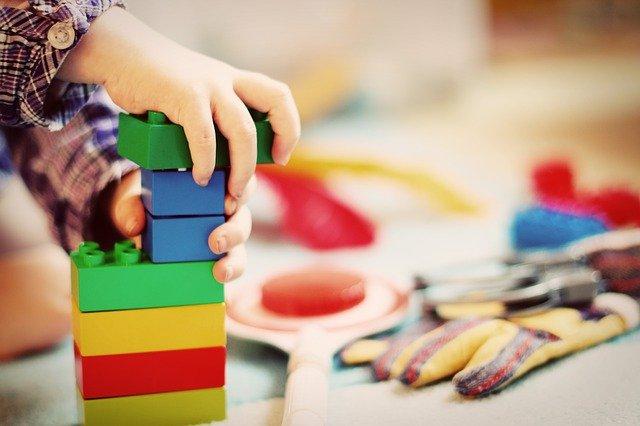 子どもがブロックで遊んでいる写真