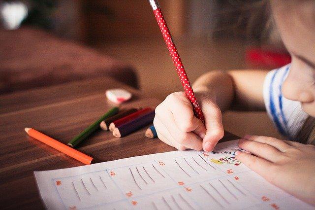 子供が勉強している写真