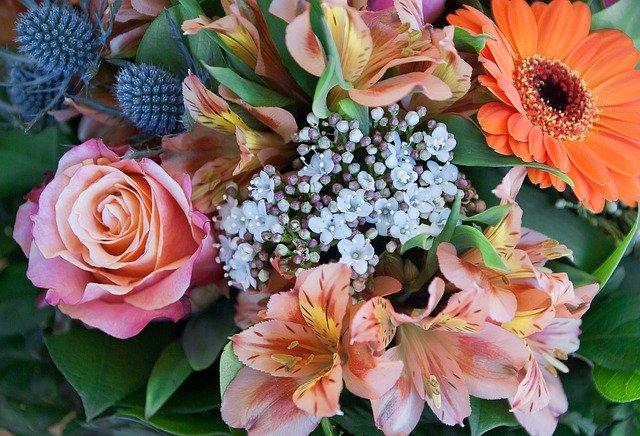 いろいろな種類の花が束ねられた写真