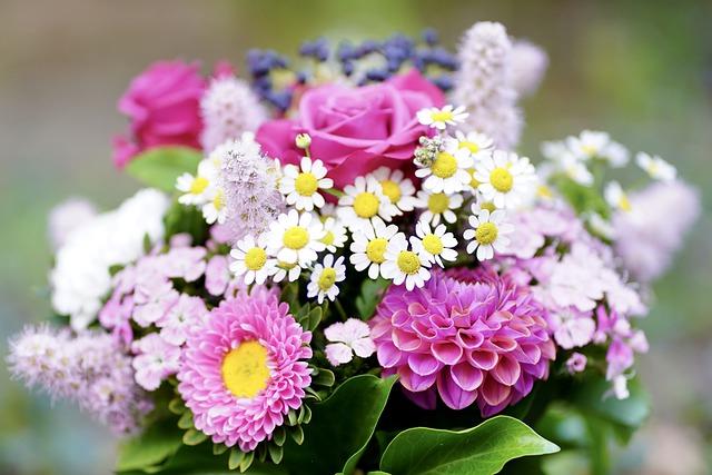 ピンクの花のフラワーアレンジメントの写真
