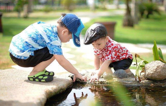 子どもが2人で遊んでいる写真