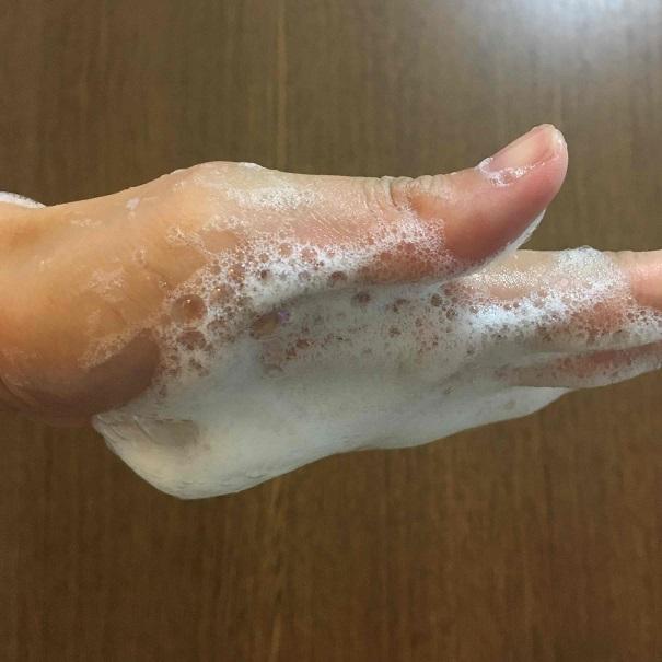 手のひらに爽快柑シャンプーの泡をつけて手のひらを下に向けている写真