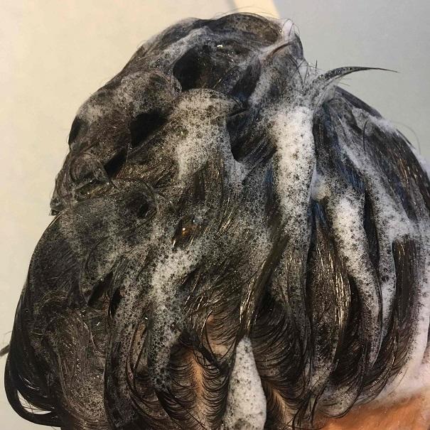 爽快柑シャンプーで髪を洗っている途中の髪が泡立っている写真。