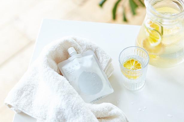 どろあわわをタオルの上に置いてあり、隣にさわやかなレモン水が置かれている写真。