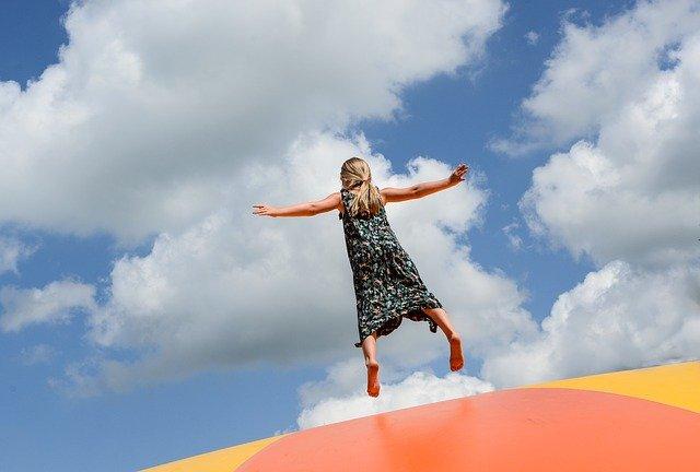 トランポリンでジャンプしている女の子の写真
